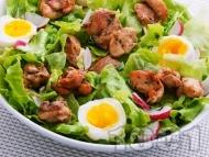 Зелена салата с варени яйца и крехко пилешко месо от бут на хапки